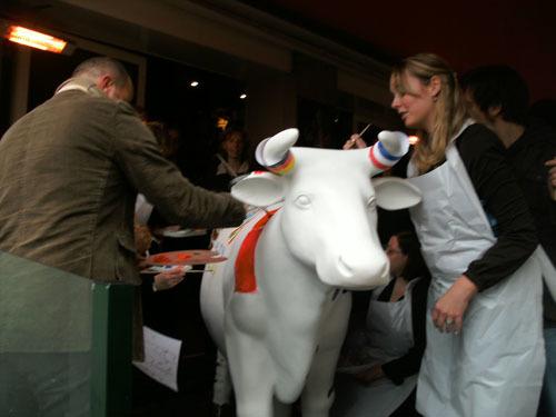 Workshop schilderen met hierna koe verven.  Verf een Koe excl. schilderworkshop  2 x 0,6 x 1,5 mtr.  € 175,-   Workshop schilderen tot 20 personen 290,- duur 2 uur. Docent beeldende vorming geeft de workshop