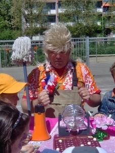 Harry van de Cleaning compagnie met mobiele bingo. Dat is lachen gieren brullen..