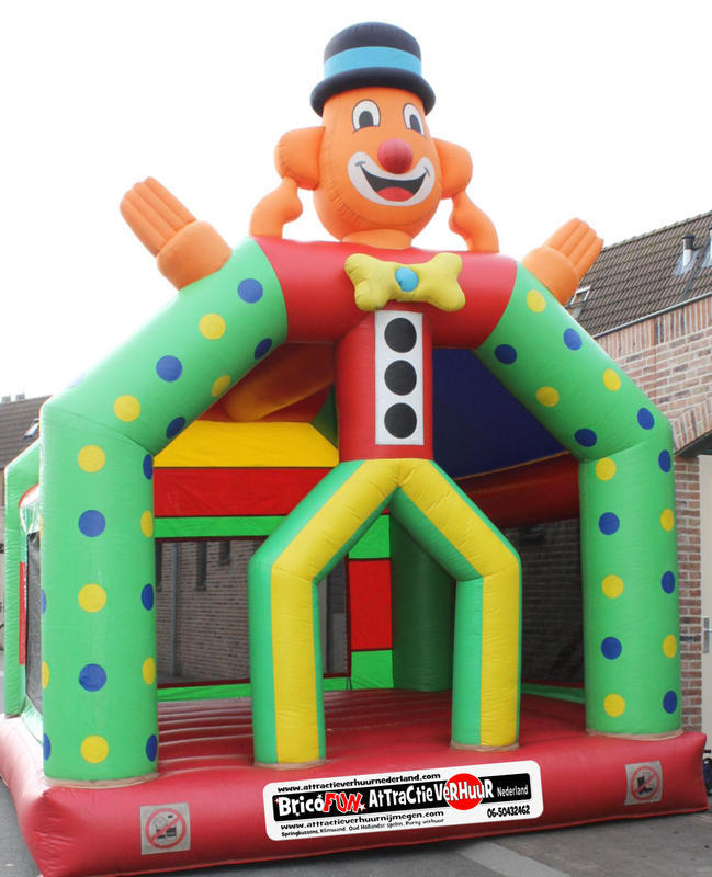 """Luchtkussen clown Lengte: 4,50 m  Breedte: 4,25 m  Hoogte: 4,50 m  Grondvlak: 16.5 m²  Max. belastbaar gewicht: 350 kg  Materiaal: """"gelamineerd PVC"""", Rubber  De blaaspomp moet tijdens het gebruik draaien  Gewicht: ca. 70 Kg  Verpakkingmaten: 85 x 80 x 160 cm  Ideaal voor buiten gebruik  € 100,00 per dag*"""