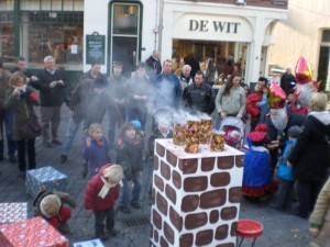 sinterklaasfeest in winkelcentrum, stadscentrum of bij bedrijf. (Lange Hezelstraat Nijmegen, Winkeliersvereniging en stichting oude stad. )