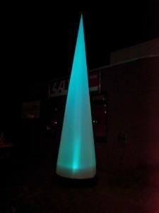 lichtkegel door lamp krijgt deze kegel diverse kleuren. lamp aan te sturen met dmx. reageert op muziek.